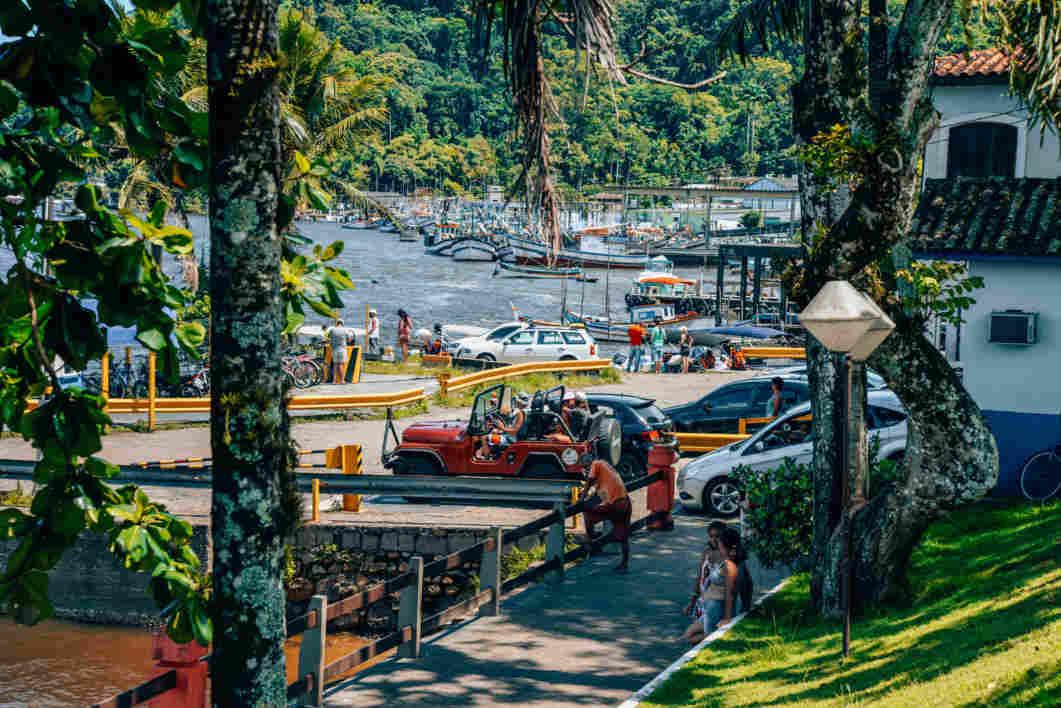 Fila da balsa para atravessar de Cananéia para a Ilha do Cardoso