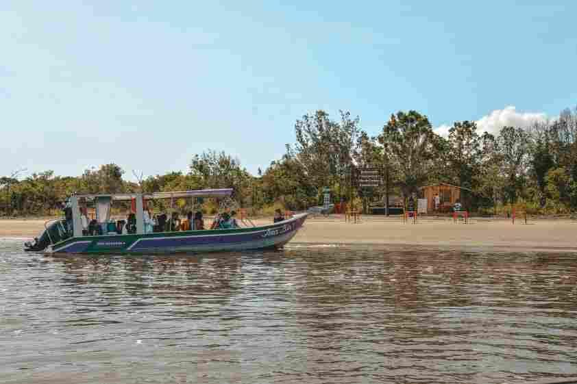 Barco em sua chegada à Ilha do Cardoso