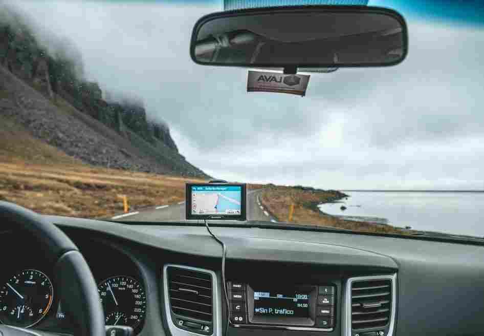 GPS posicionado no carro percorrendo estrada na Islândia