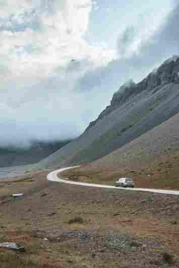 Estrada beirando a montanha, Islândia