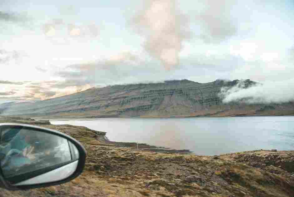 Viagem de carro na Islândia: visual das montanhas beirando a estrada