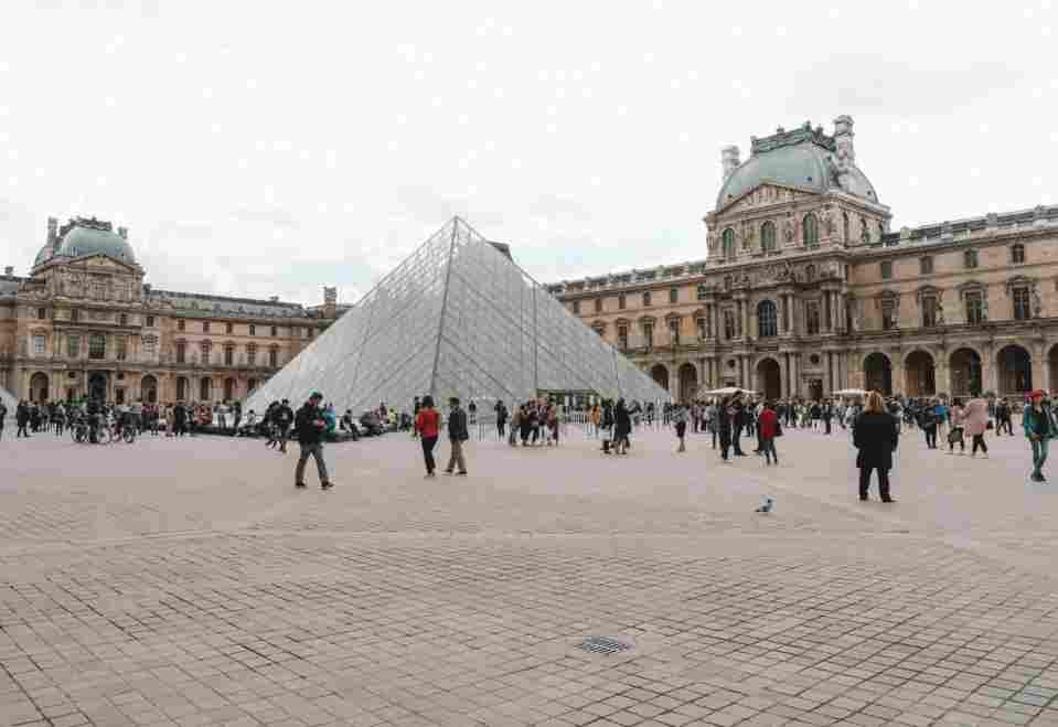 Magnífico museu do Louve, em Paris