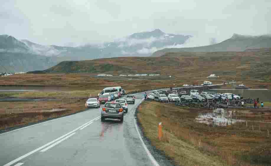 Parada em frente Kirkjufell, uma das atrações mais famosas da Islândia