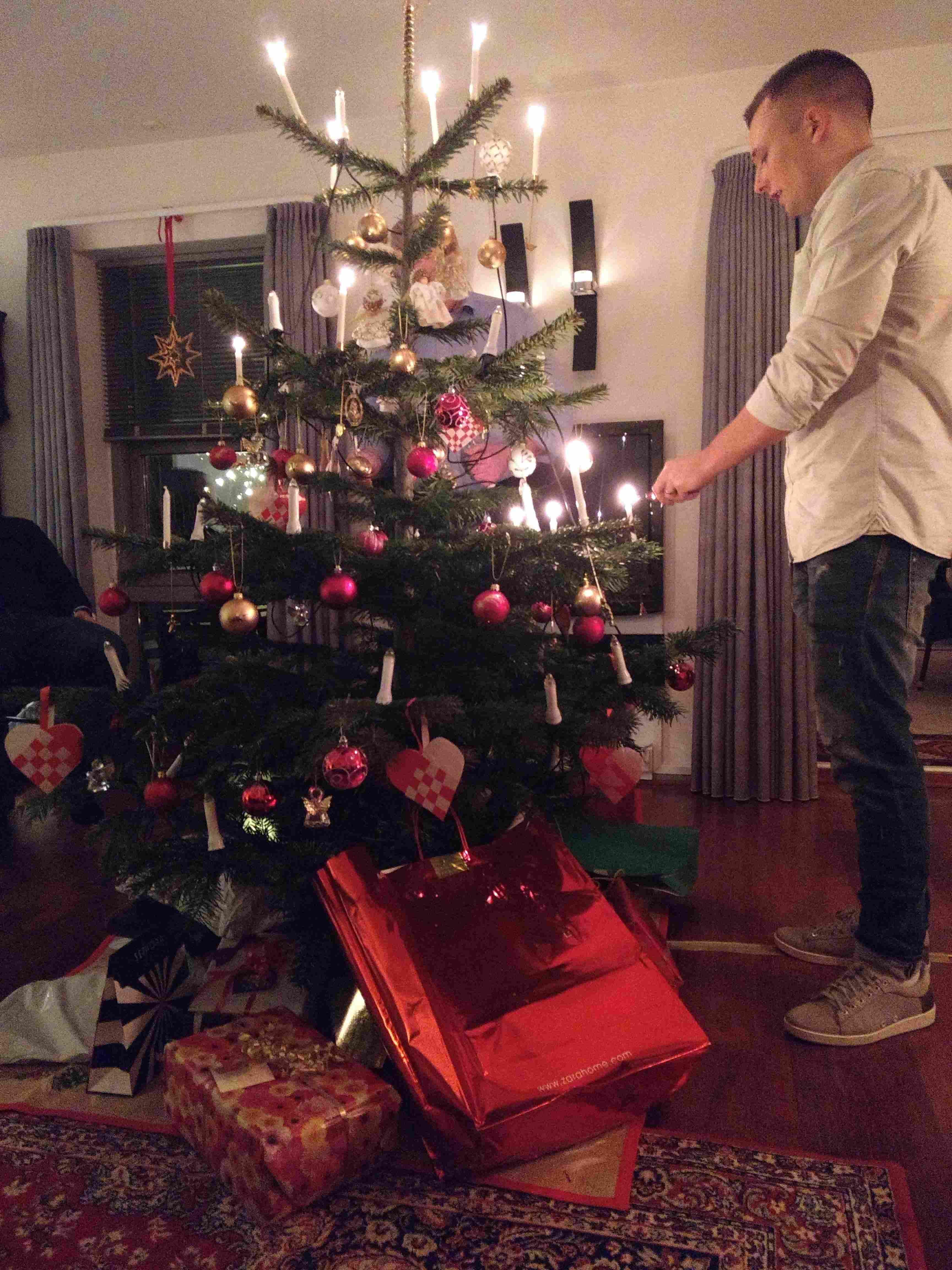 Natal na Dinamarca: ritual de acender as velas da árvore de Natal