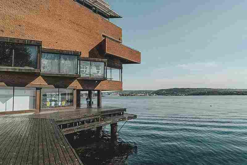 Arquitetura externa do Museu Marítimo com vista para o mar