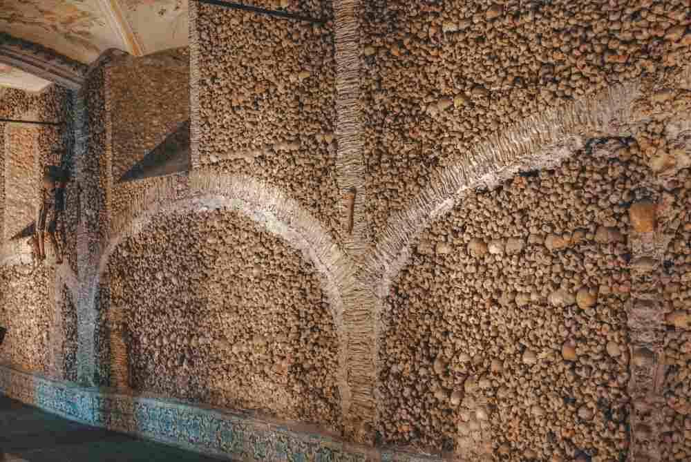 A Capela dos Ossos, em Évora, é uma das atrações mais macabras em uma viagem para Portugal