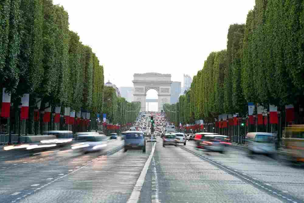 Avenida famosa de Paris, Champs Elysees durante o dia.