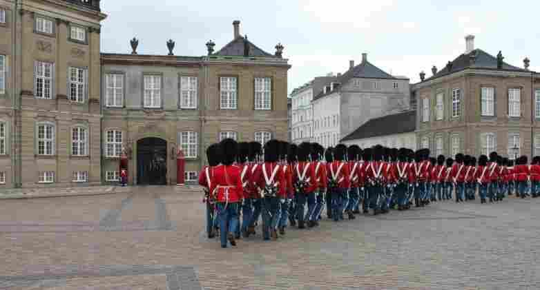O que fazer em Copenhague: conferir a troca de guarda no Amalienborg