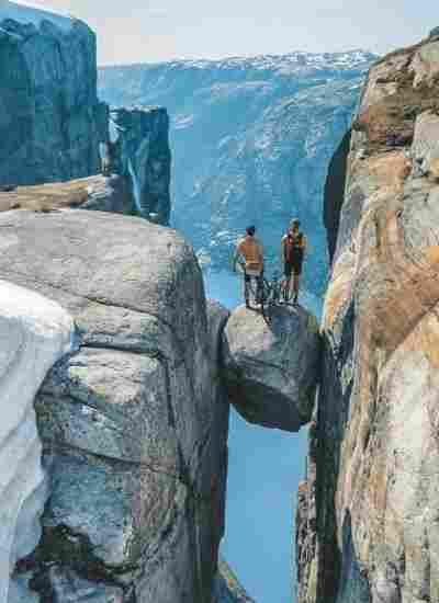 O Kjeragbolten é dos grandes atrativos naturais perto de Stavanger, na Noruega, um dos melhores destinos de aventura na Europa