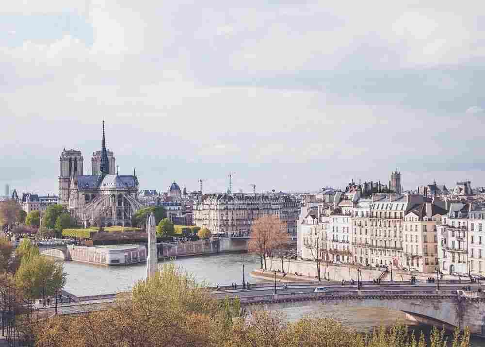 A Catedral Notre-Dame, uma atração imperdível de Paris, vista a partir dos seus fundos
