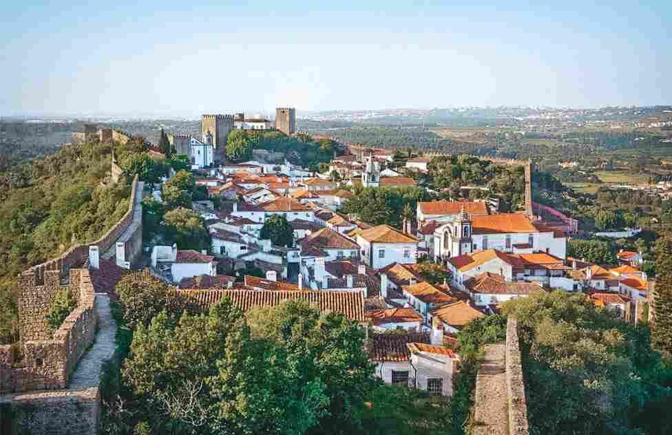 Percorrer as vielas da cidade amuralhada de Óbidos é uma das experiências mais legais de uma viagem para Portugal