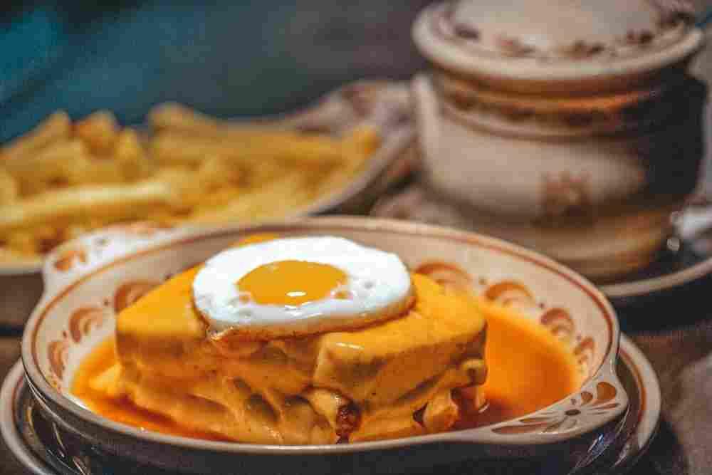 Entre os pratos típicos do Porto, a francesinha é o mais aclamado!