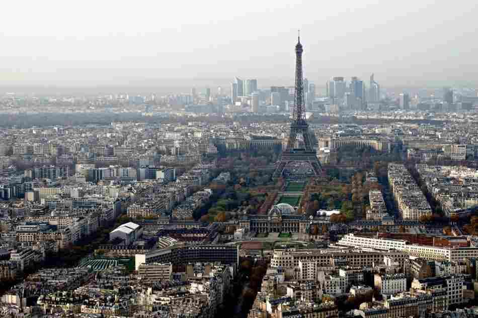 A Torre Montparnasse oferece uma das melhores vistas da Torre Eiffel