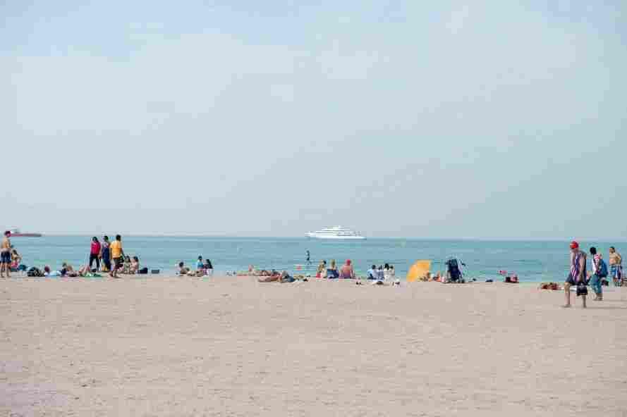 pessoas curtindo praia em Dubai