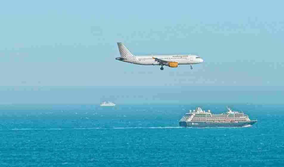 Aeronave da Vueling, uma das principais companhias aéreas low cost da Europa, sobrevoando o Mediterrâneo